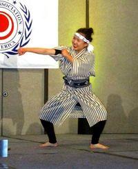 北米沖縄県人会の新年宴会で得意の踊りを披露する岩崎さん