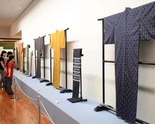 読谷山花織や紅型などの作品が並ぶ展示会場=読谷村座喜味・同村立美術館
