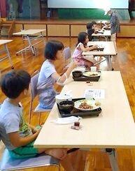 「馬天おいしい会」の朝食を食べる子どもたち=3日、南城市佐敷・津波古公民館(提供)