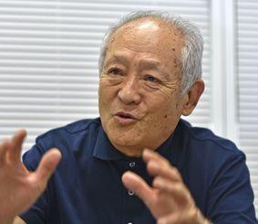 妻の伯父が元県知事の島田叡氏という長濱さん。「次に沖縄に来た時は島田さんが歩いた場所をたどって撮りたい」と話す=那覇市・沖縄タイムス社