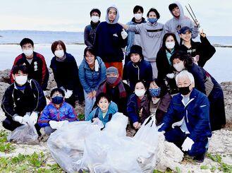 中城南小5年の渡邉陽亜瑠さん(前列中央)とゴミ拾いに参加した人たち=3日、吉の浦公園ビーチ