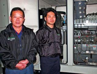 廃食油を精製する独自技術を活用して開発した発電設備を紹介する大城實代表(左)と大城章実所長=25日、沖縄市・大幸産業