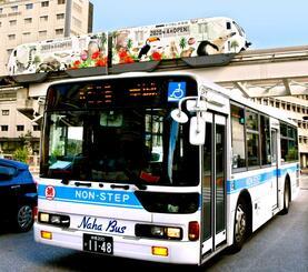 バスとモノレールが行き交う県庁前駅周辺=28日、那覇市久茂地