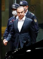保釈され、東京拘置所を出る前日産自動車会長カルロス・ゴーン被告=25日午後10時22分、東京・小菅