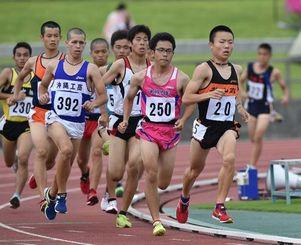 男子1500メートル予選で力走する選手たち=30日午前、沖縄市・県総合運動公園陸上競技場