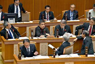 代表質問で答弁調整する県執行部=4日、県議会