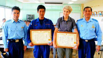 本部署の山内浩署長(右端)から感謝状が贈られたアンジェラ・メイソンさん(右から2人目)、知念昭一さん(同3人目)夫妻=29日、本部警察署