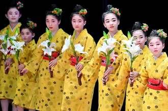 鮮やかな衣装に白い花が印象的な宗家眞境名本流眞薫会の「永良部百合の花」