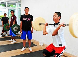 重量挙げの練習に励む真和志高野球部員=真和志高校