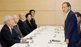 拉致問題相を兼務することになり、拉致被害者家族との面会であいさつする菅官房長官(右)=12日午後、首相官邸