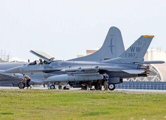 F16戦闘機のタイヤを交換する兵士ら=3日午後3時20分、米軍嘉手納基地(読者提供)