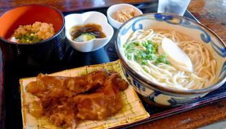國吉真代表おすすめの軟骨ソーキそば定食(850円)トロトロの軟骨は絶品