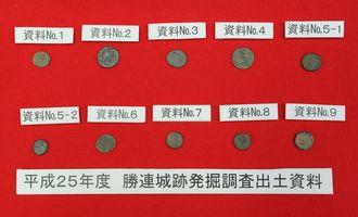 勝連城跡調査で出土した国内初となるローマ帝国とオスマン帝国のコイン=26日午後、うるま市役所
