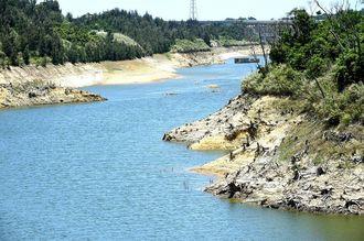 少雨が続き水位が低下した金武ダム=24日午後、金武町
