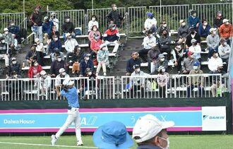 ゴルフファンが詰め掛ける中、渋野日向子選手ら注目選手が次々とスタートした=4日午前、南城市・琉球GC
