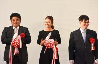 落成を祝う(左から)宮里聖志、藍両選手、父の優さん=6日、東村文化・スポーツ記念館
