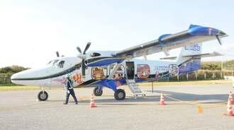 那覇―粟国便の再開後、粟国空港に着いた第一便=15日午前9時5分ごろ、同空港