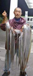 泡瀬漁港でタチウオを釣った吉村学さん=2日