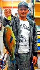 宜名真漁港で45・8センチ、1・2キロのアーガイを釣った新里昇司さん=19日