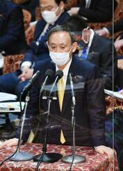 衆院予算委で答弁する菅首相=26日午前