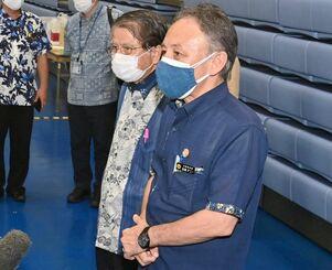 県広域ワクチン接種センターを視察後、記者の質問に答える玉城デニー知事(右)=15日午後6時半すぎ、宜野湾市・沖縄コンベンションセンター