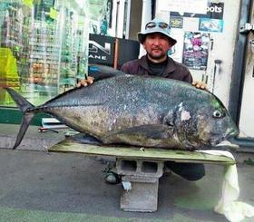 慶良間奥武島5番で138.5センチ、31.1キロのガーラを釣った照屋寛栄さん=11月18日