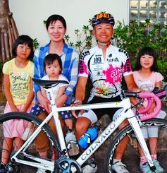 市民レース210キロに出場した中原裕章さん(右から2人目)と応援に駆け付けた家族=名護市内