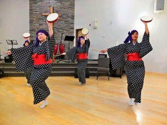 パーランク-を手に「久高まんじゅう主」でエイサーを披露するさくら会のメンバー=トロント市、日系福音協会