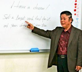 40年間にわたり、英語を使える人材を育ててきた澤田清さん=那覇市首里平良町・澤田英語学院