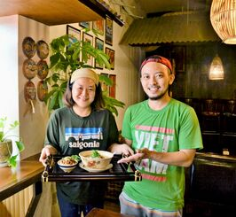 店を切り盛りする新垣麻里さん(左)、晃さん夫妻=6日、宜野湾市普天間