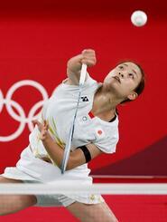 女子シングルス1次リーグ ドイツ選手と対戦する奥原希望=武蔵野の森総合スポーツプラザ