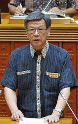 県議会代表質問で答弁する翁長雄志知事=30日午前、県議会
