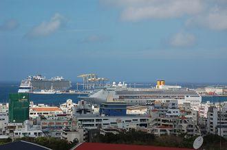 クルーズ船が2隻入港している那覇港