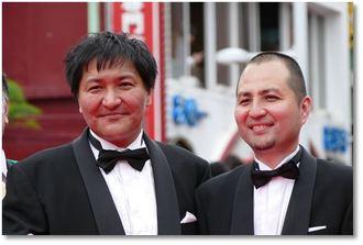 スリムクラブの真栄田賢(左)と内間政成