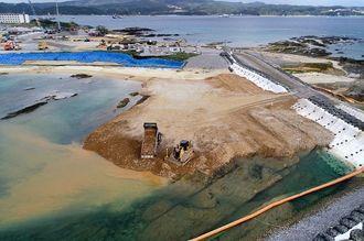 埋め立て区域への土砂投入が続く名護市辺野古の沿岸部=20日午前10時33分(小型無人機で撮影)