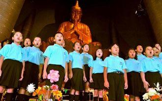 親子平和コンサートで、美しい歌声を披露する西崎小学校音楽部のメンバー=30日、糸満市摩文仁・沖縄平和祈念堂(下地広也撮影)