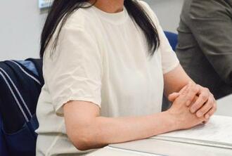 記者会見する自殺した女子生徒の母親=17日午後、熊本県庁