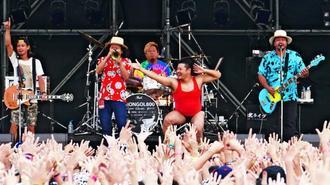 観客の大歓声に応え、エネルギッシュに演奏したモンゴル800。パフォーマーの粒マスタード安次嶺もゲスト出演し盛り上げた=5日、豊見城市・美らSUNビーチ特設会場