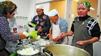 冬野菜たっぷりの鍋料理に挑戦した男の料理講習会参加者ら=伊江村福祉センター