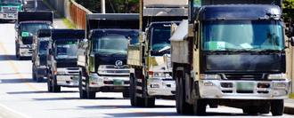 指定された「入場時刻」に合わせて砕石を運ぶダンプカー(画像の一部を加工しています)