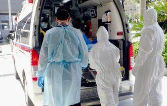 救急搬送に取り組む那覇市消防局の救急隊員ら=5月、那覇市内(同局提供)