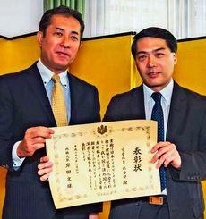 外務大臣表彰を受けたリカルド・ホカマさん(右)。左は福嶌教輝大使