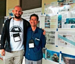 米カリフォルニア大学バークレー校で開幕した「ベテランズ・フォー・ピース(VFP)」の第31回年次総会で、写真展を開催する東アジア共同体研究所琉球・沖縄センターの瑞慶覧長敏センター次長(右)とVFP英国支部のメンバーのダニエル・レンハムさん