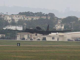 沖縄市方面に向けて離陸するU2偵察機。写真右の翼の下に補助輪が確認できる=5日午前8時58分、嘉手納基地(読者提供)