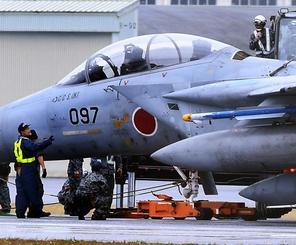 前輪が外れて滑走路上に停止した航空自衛隊のF15戦闘機=30日午後2時34分、那覇空港(下地広也撮影)