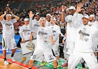 ダンスで優勝の喜びを表す琉球ゴールデンキングスの選手たち=25日午後、東京都・有明コロシアム(田嶋正雄撮影)