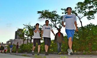 朝夕、ジョギング・ウオーキングコースは老若男女でいっぱい=那覇市・新都心公園