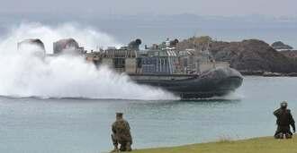 兵士が陸上の敵地を制圧したあとに武器を積んで上陸するホーバークラフト型揚陸艇LCAC=9日、金武町・ブルービーチ