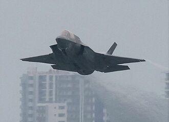 (資料写真)爆音を響かせて離陸するF35戦闘機
