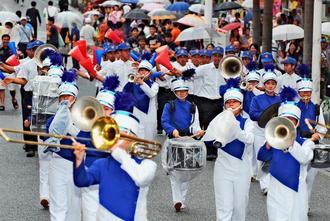 息の合った演奏とパフォーマンスでパレードする宜野湾高校=20日午後、那覇市・国際通り(山城知佳子撮影)